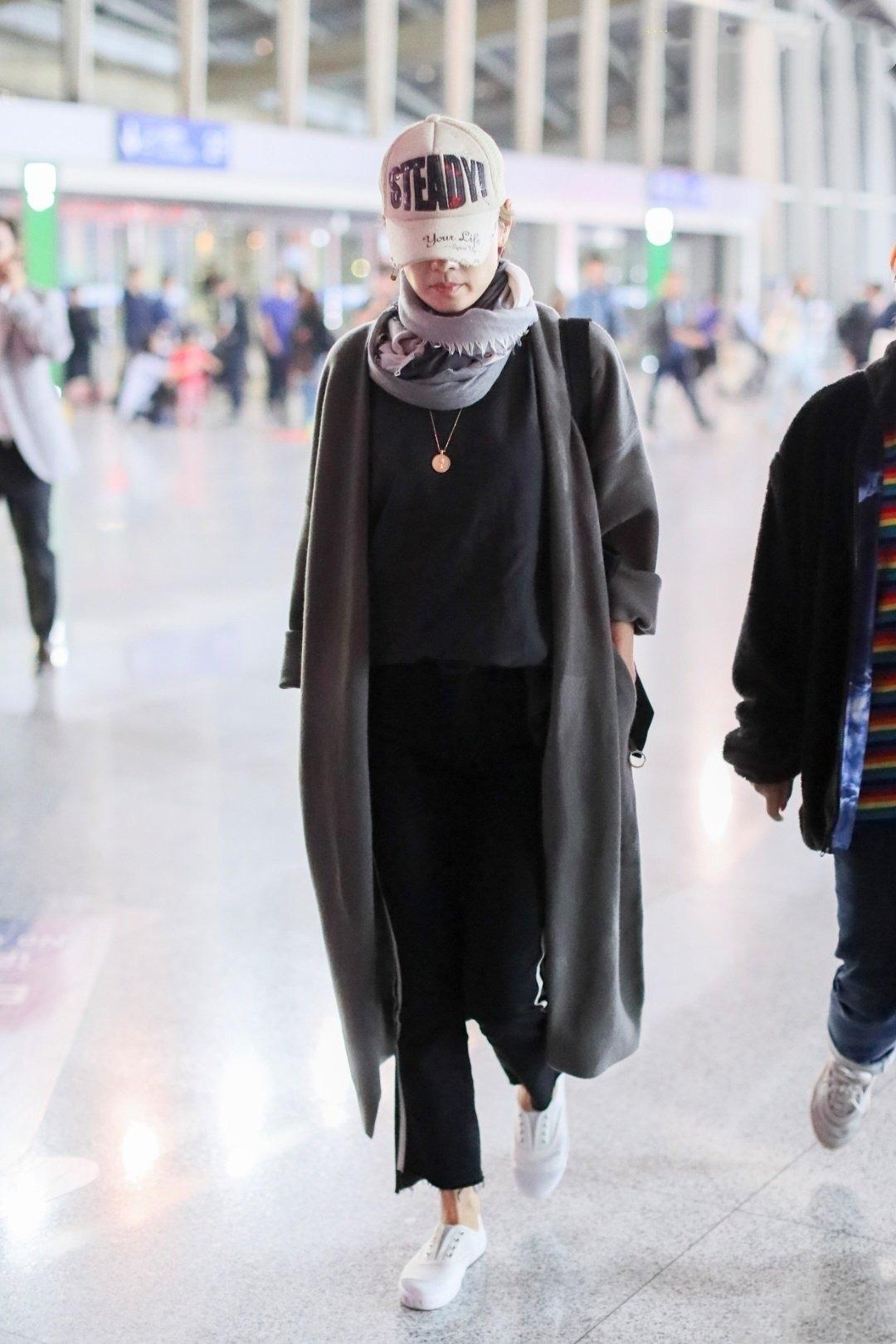 馬伊琍最新機場照,冬裝無縫對接夏裝,大衣配圍巾溫暖上線不做作