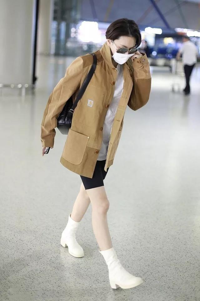 张馨予剪短发现身机场,学杨幂穿骑行裤,还搭白鞋真心太丑了!