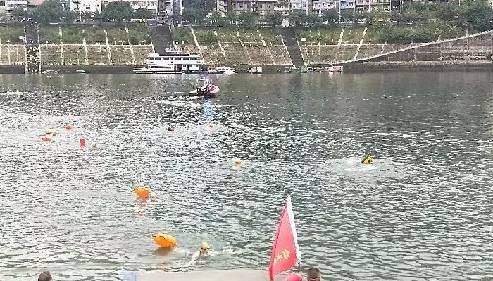 上百游泳健儿横渡乌江