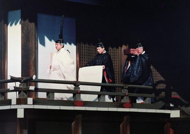 29年前日本天皇登基大典:明仁穿黃袍宣讀圣旨,首相大臣三呼萬歲