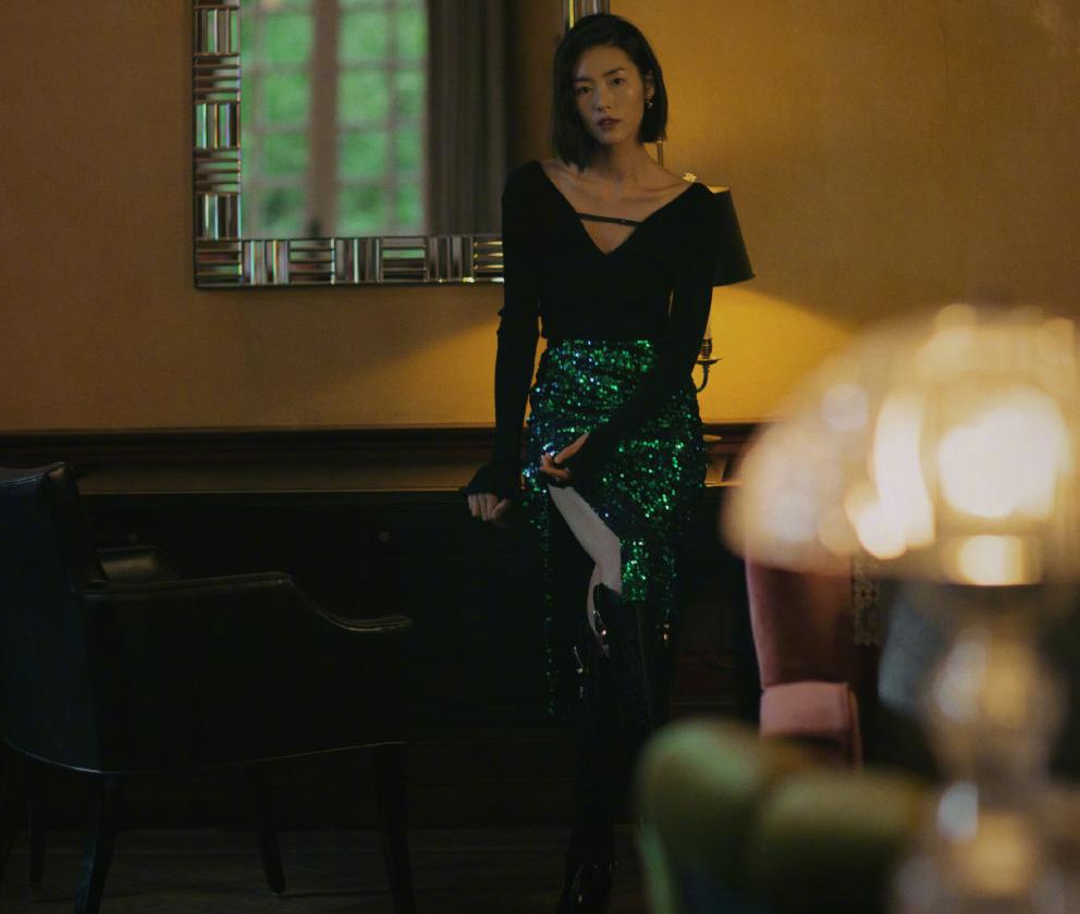 31歲劉雯撞上40歲姚晨,劉雯V領配長裙秀美背,大表姐更有氣質了