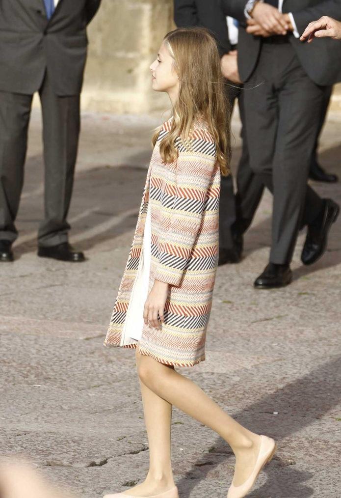 西班牙王后一家四口回娘家,12歲小公主身高碾壓大姐,顏值逆襲