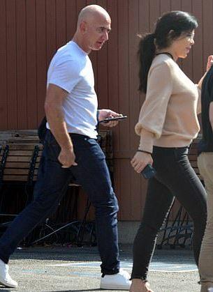 世界首富49歲新歡罕見素顏亮相!穿裸粉毛衣扮嫩,也擋不住老態啊