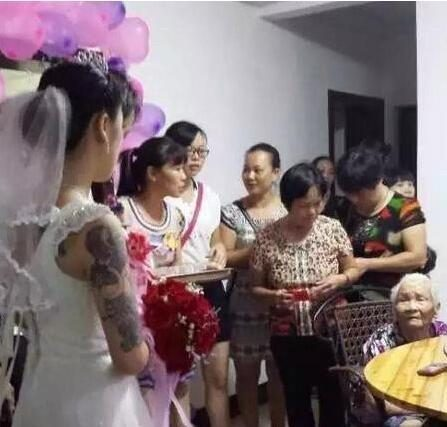 搞笑GIF:奶奶第一次望着纹身的孙媳妇,真替孙子捏了一把汗