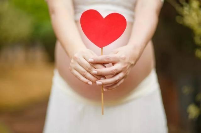 67歲產婦當媽,老公的生育能力真就這麼強嗎?看到產婦老伴,懂了