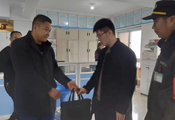 鄭州男子急著趕飯局卻丟了包,多虧遇到好的哥!