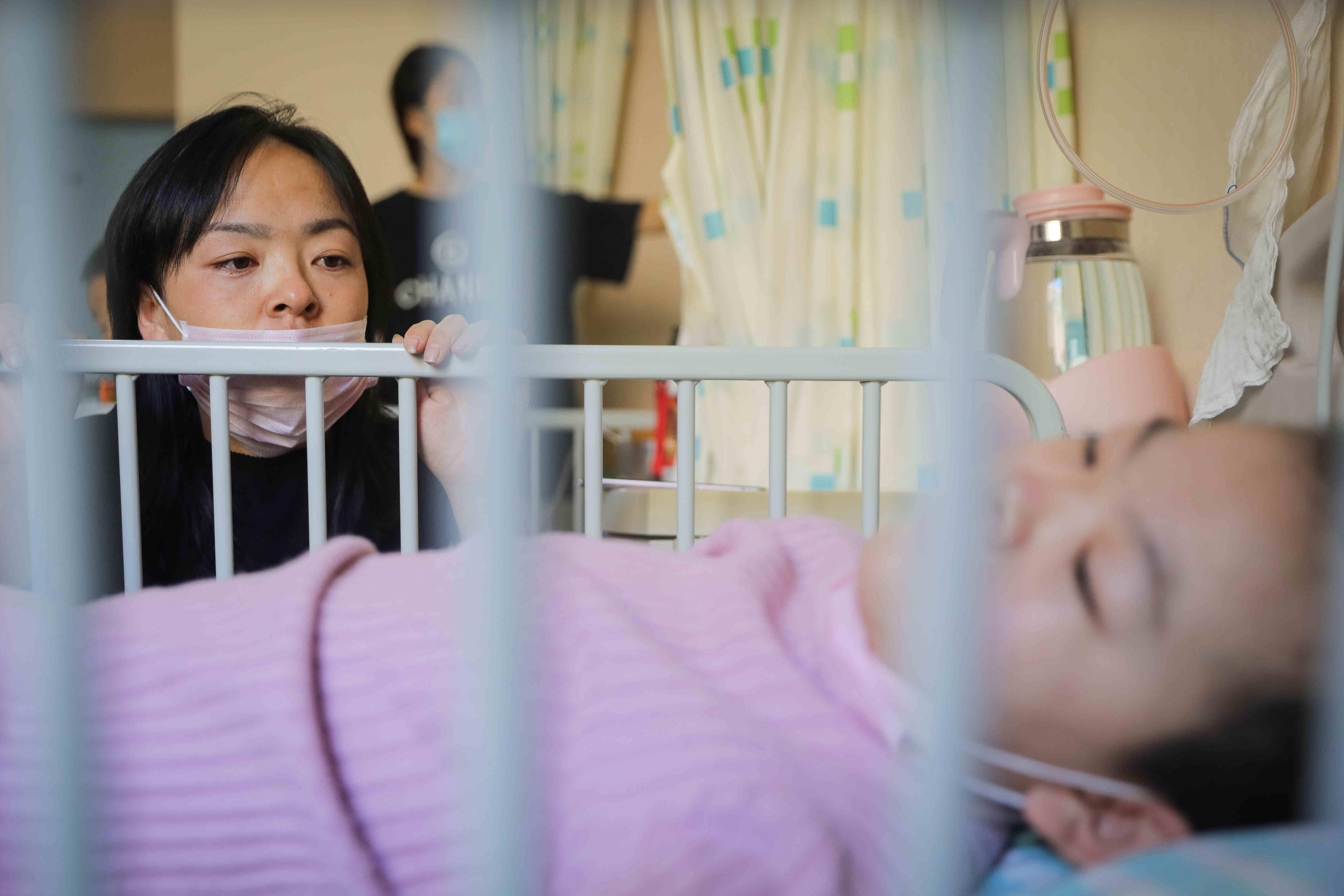 11岁血癌女孩哭诉:成了家里的累赘,恨爸妈生下我