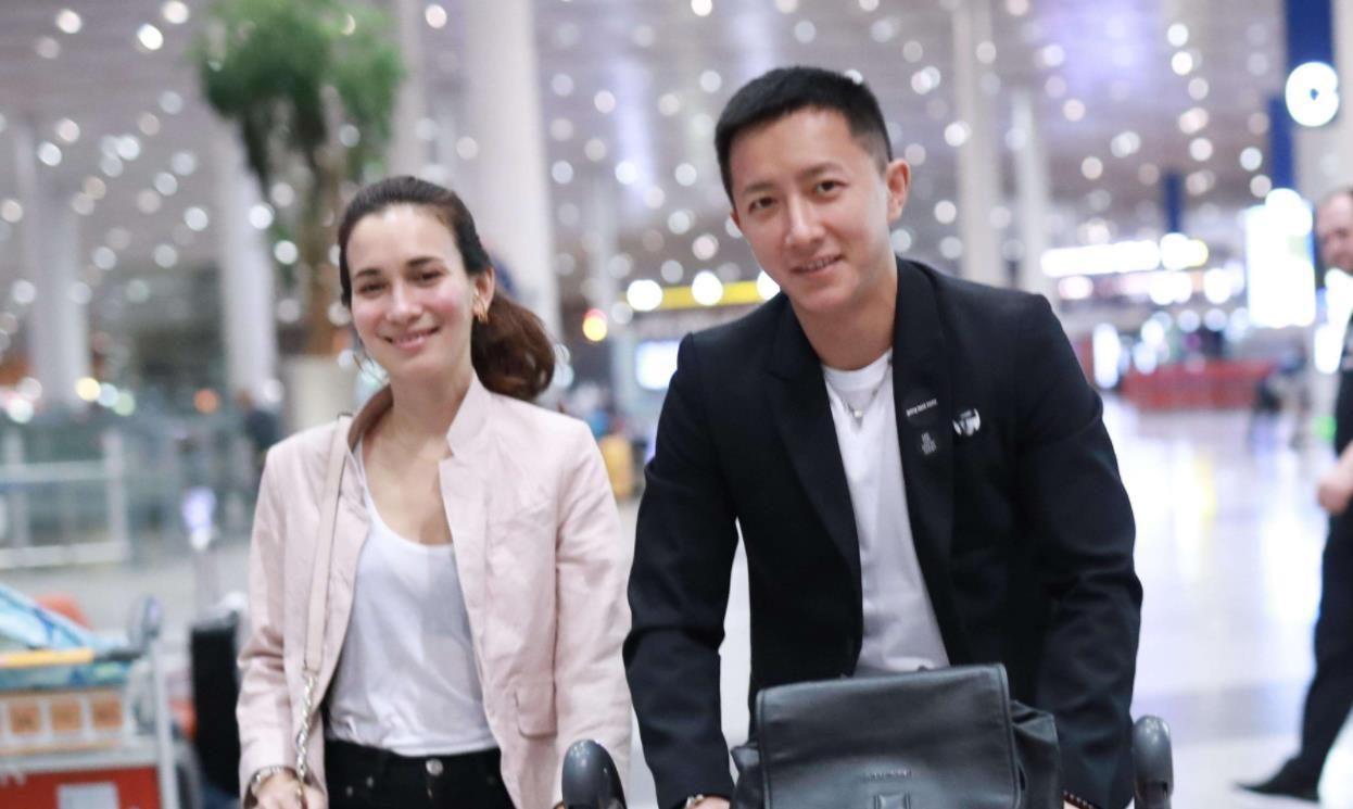 <b>韓庚盧靖姍官宣結婚,包貝爾一家現身機場,伴娘團疑曝光!</b>