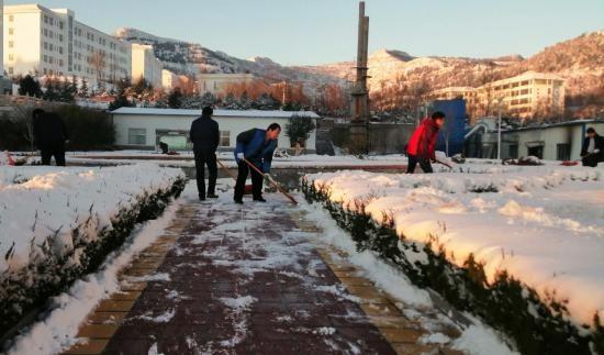 皇尊庄园积极组织扫雪,确保员工安全出行
