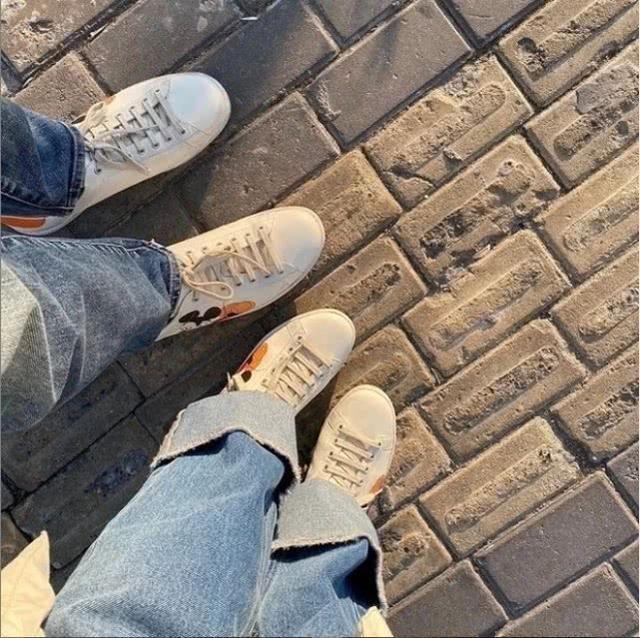 陳喬恩與艾倫約會再度被拍,兩人穿情侶鞋出行,頗有儀式感