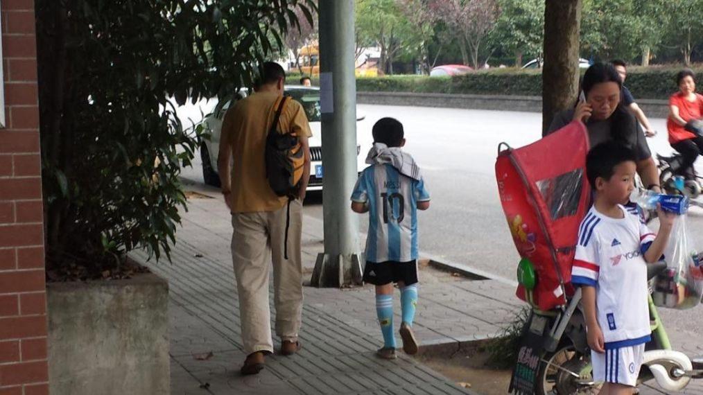 孩子贪图小便宜,父亲却带孩子吃大餐庆祝,这种教育方式值得商榷