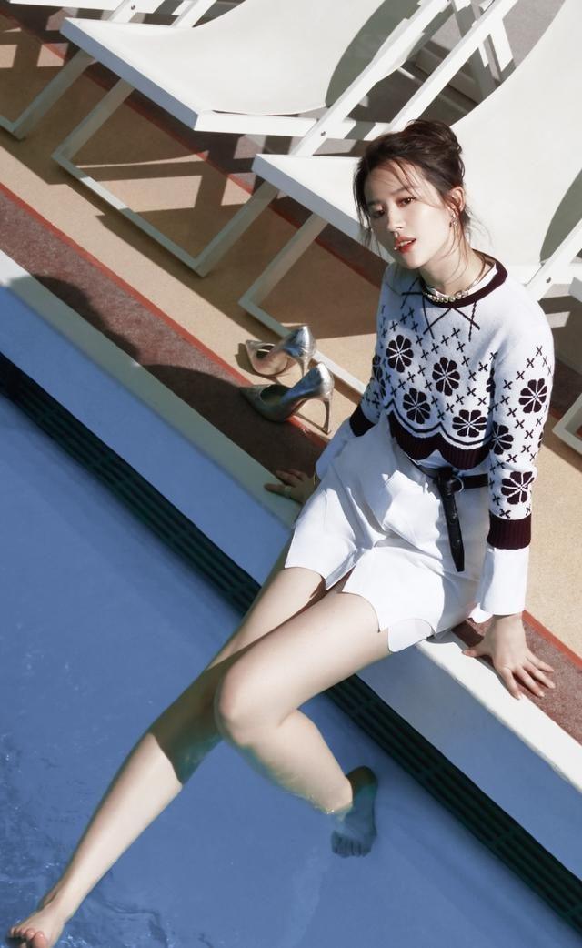 33歲劉亦菲打造成熟女人裝扮,氣質優雅,楊洋復古穿搭引領潮流