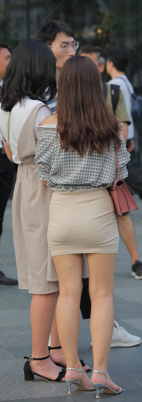 街拍:黑白格子衬衣小姐姐,微胖的精致穿搭 街拍美腿 第2张