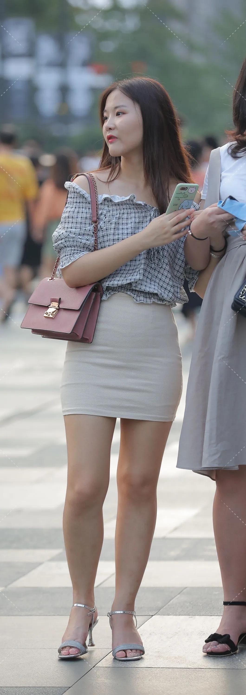 街拍:黑白格子衬衣小姐姐,微胖的精致穿搭 街拍美腿 第1张