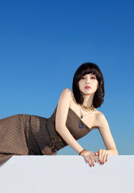 名门泽佳:王子文新造型真复古!一袭抹胸裙搭海浪卷效果魅惑又显高