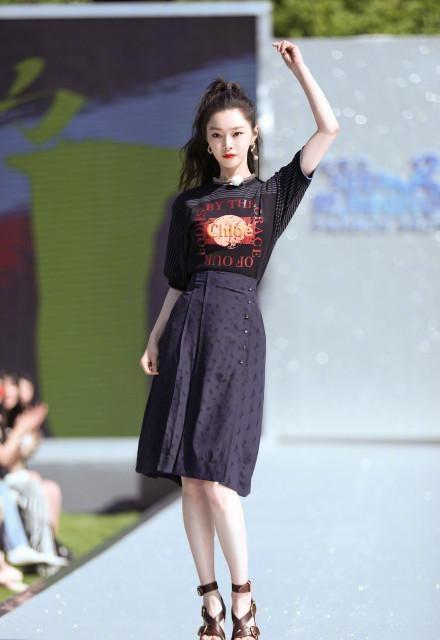 名门泽佳:宋轶新造型太惊艳!穿东北风印花连体裤搭黑棉衣时尚又霸气