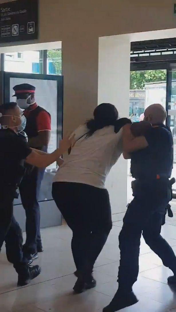 逆轉劇情?法國的黑人孕婦被衛兵推倒在地 原因是她們是女人