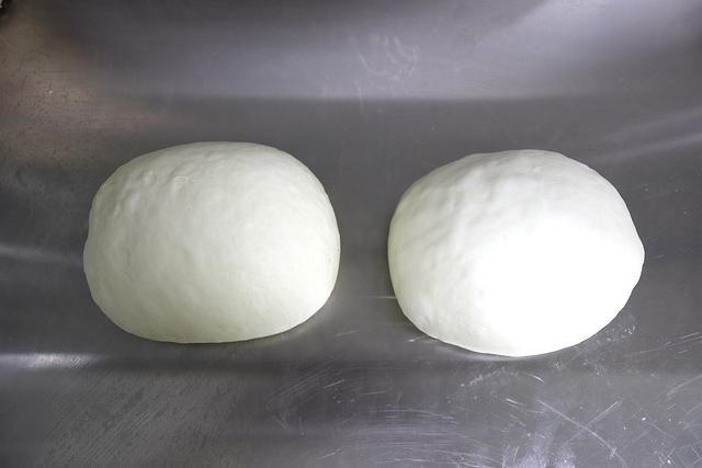 做俩蒜香手撕面包,早餐零食不发愁,一层层揭着吃,转眼半个没了