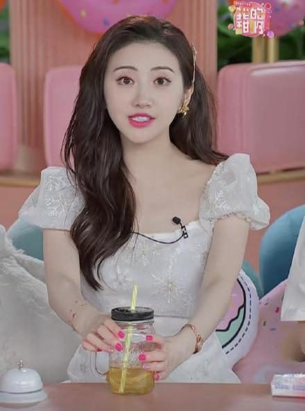 名门泽佳:景甜营业造型太甜了!穿白色连衣裙配长卷发效果可爱俏皮