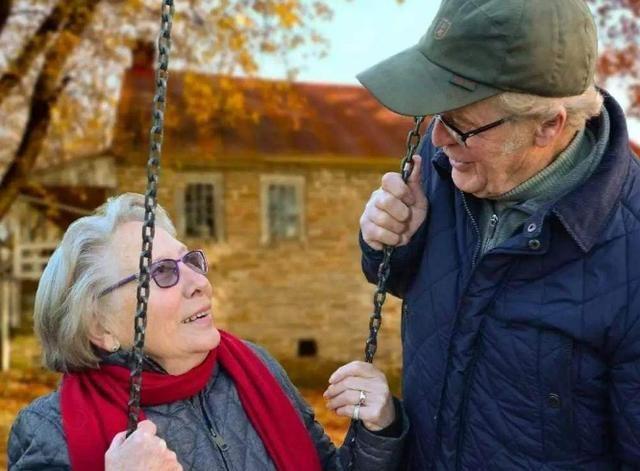 56歲姥姥寧可不退休,也不願幫女兒帶娃,說出原因後讓人心酸