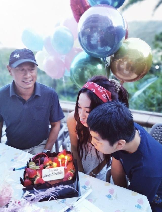 溫碧霞54歲生日,丈夫養子左右獻吻,何祖光皮膚黝黑毫無富豪氣質