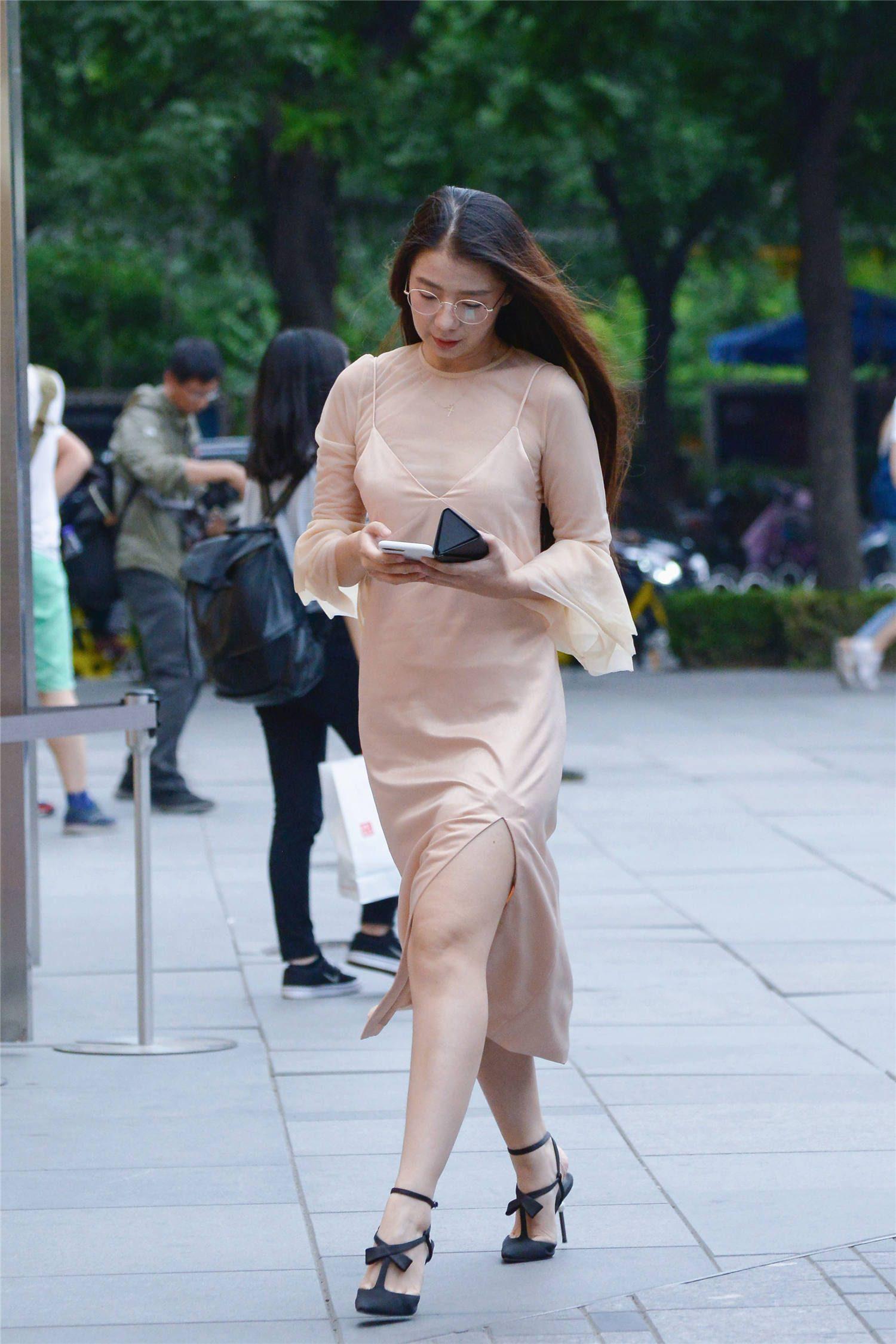 香槟色长裙,搭配一双黑色尖头细跟凉鞋,10厘米的高度显气质