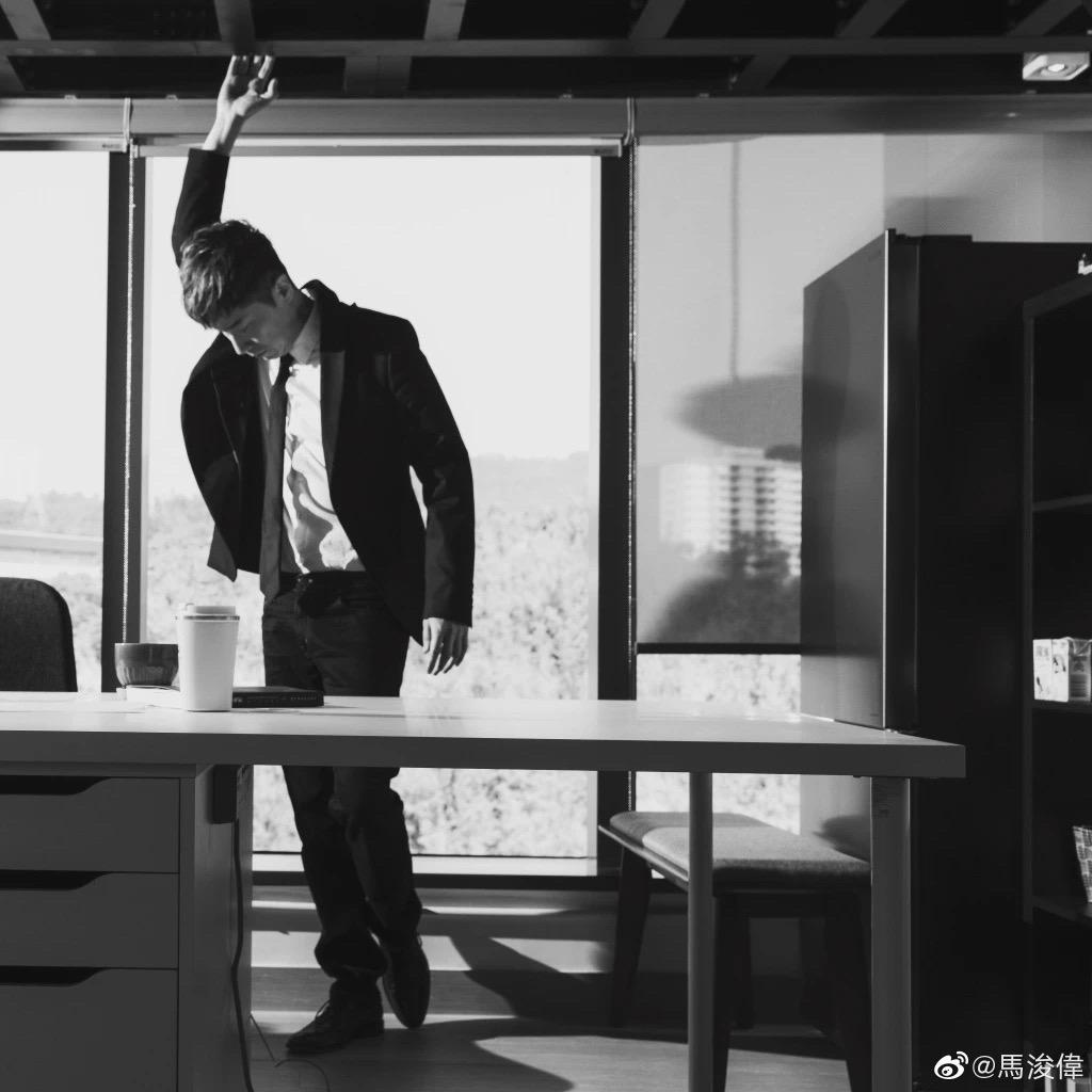 熬過8年抑郁,49歲TVB演員剛從北大碩士畢業,又去名校學醫︰廢掉一個人最好的方式,是讓他認命