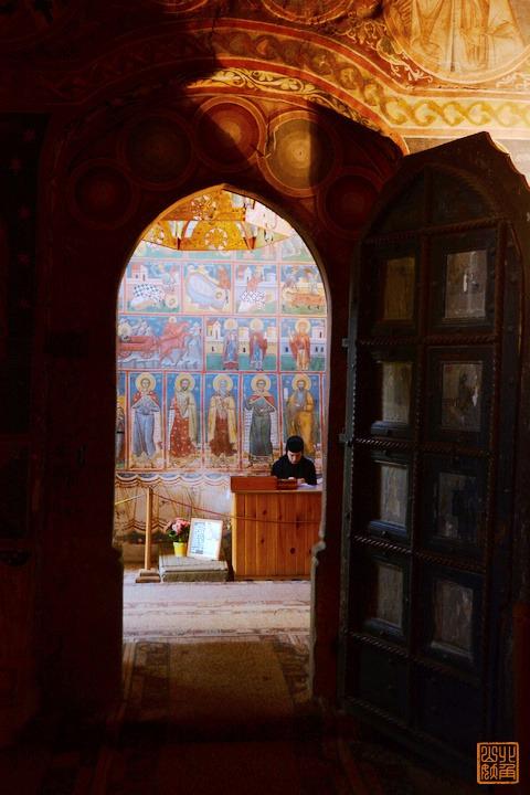 歐洲最偏僻山區,驚現神秘建築狀如飛碟,完好保存中世紀精美壁畫
