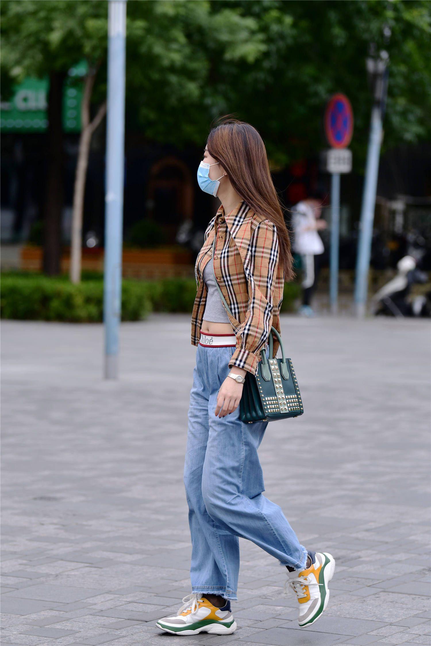 牛仔裤的搭配,不都是紧身款式,宽松的设计也受欢迎