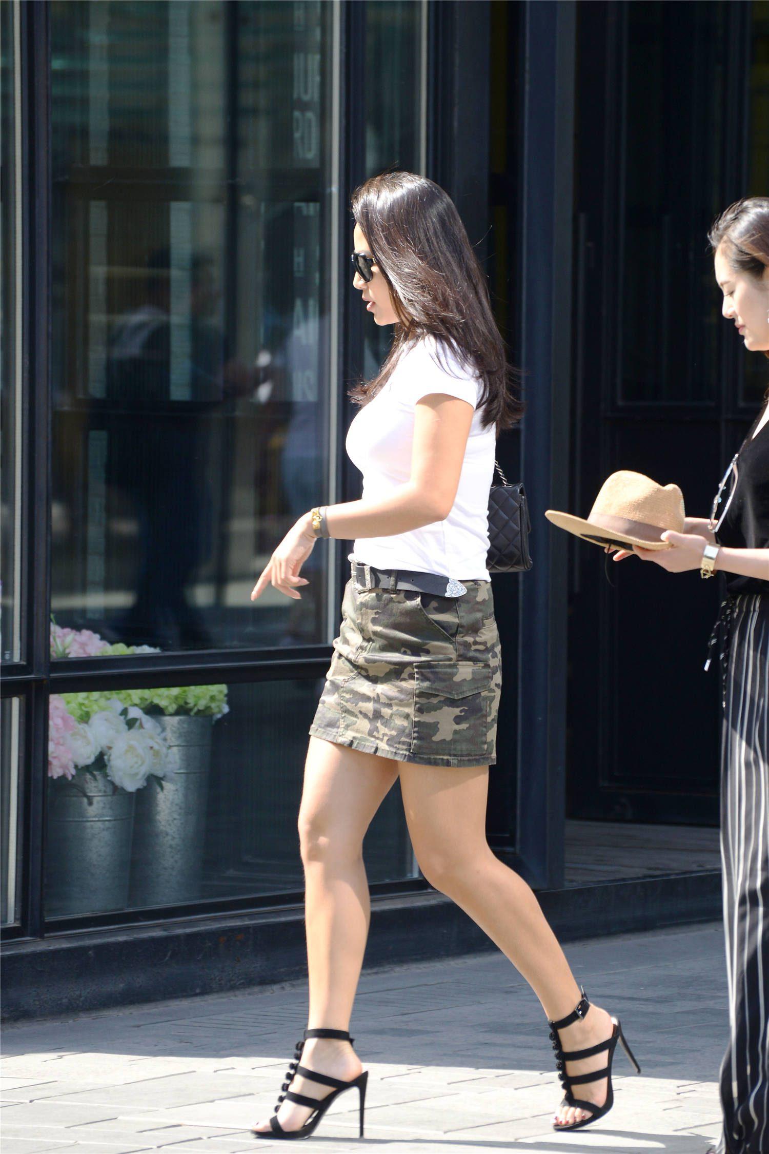 迷彩的高腰牛仔短裙,白色修身半袖,10厘米的细高跟,衬托大气