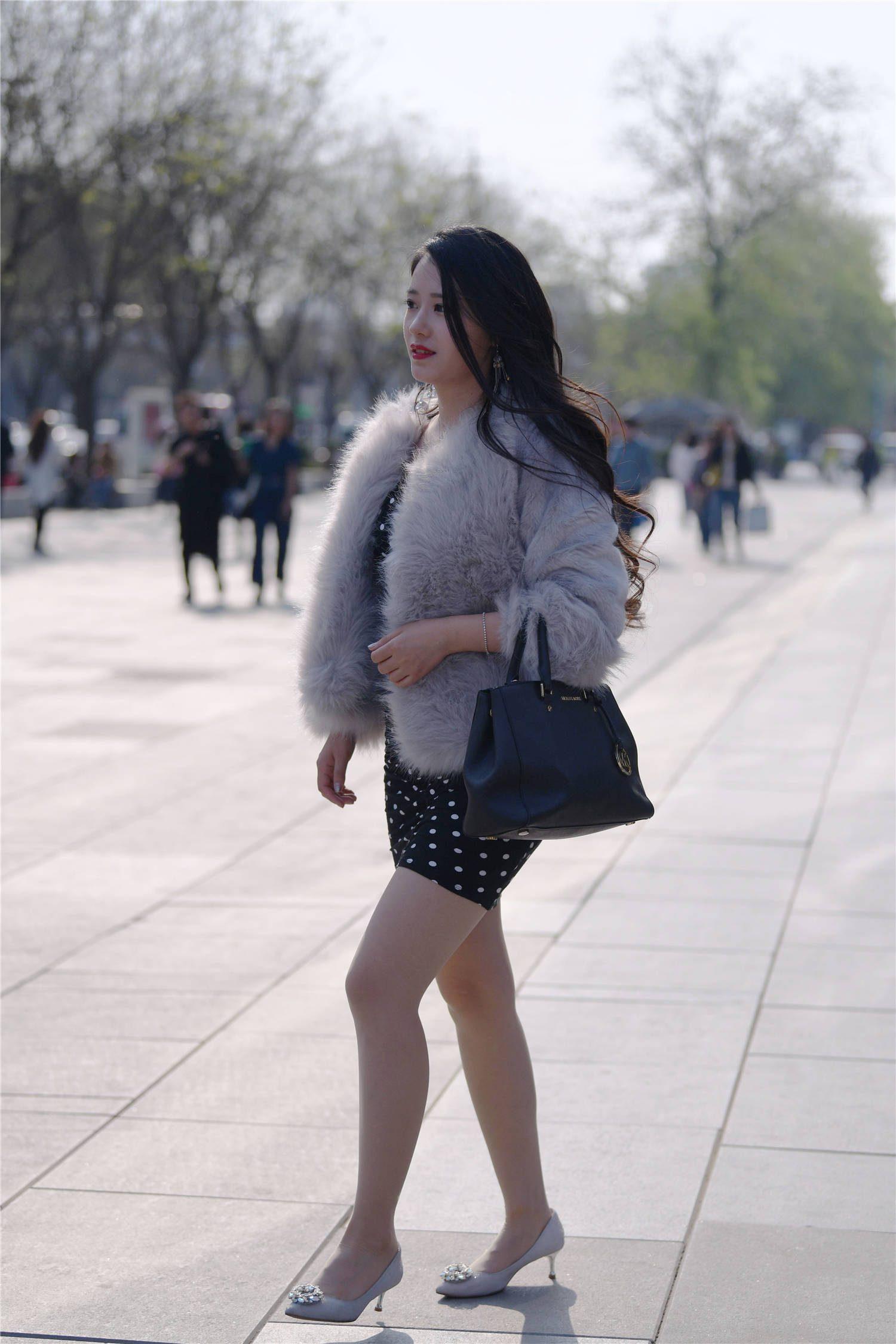 中秋时节,就有搭配皮草的姑娘,紧身裙和高跟鞋,更显气质优雅