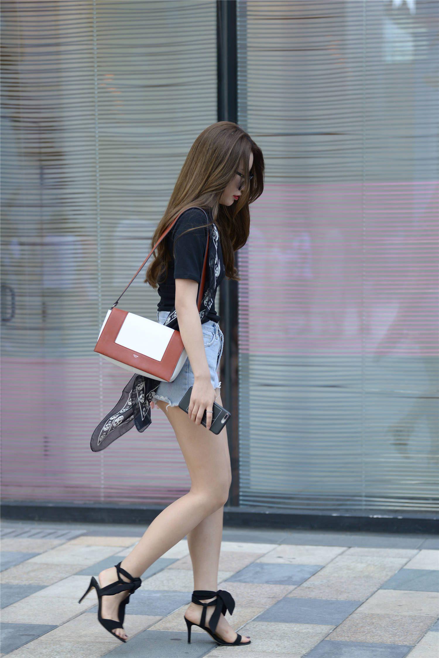 这双凉鞋太漂亮了,简约的细跟设计,搭配浅蓝色的毛边牛仔短裤