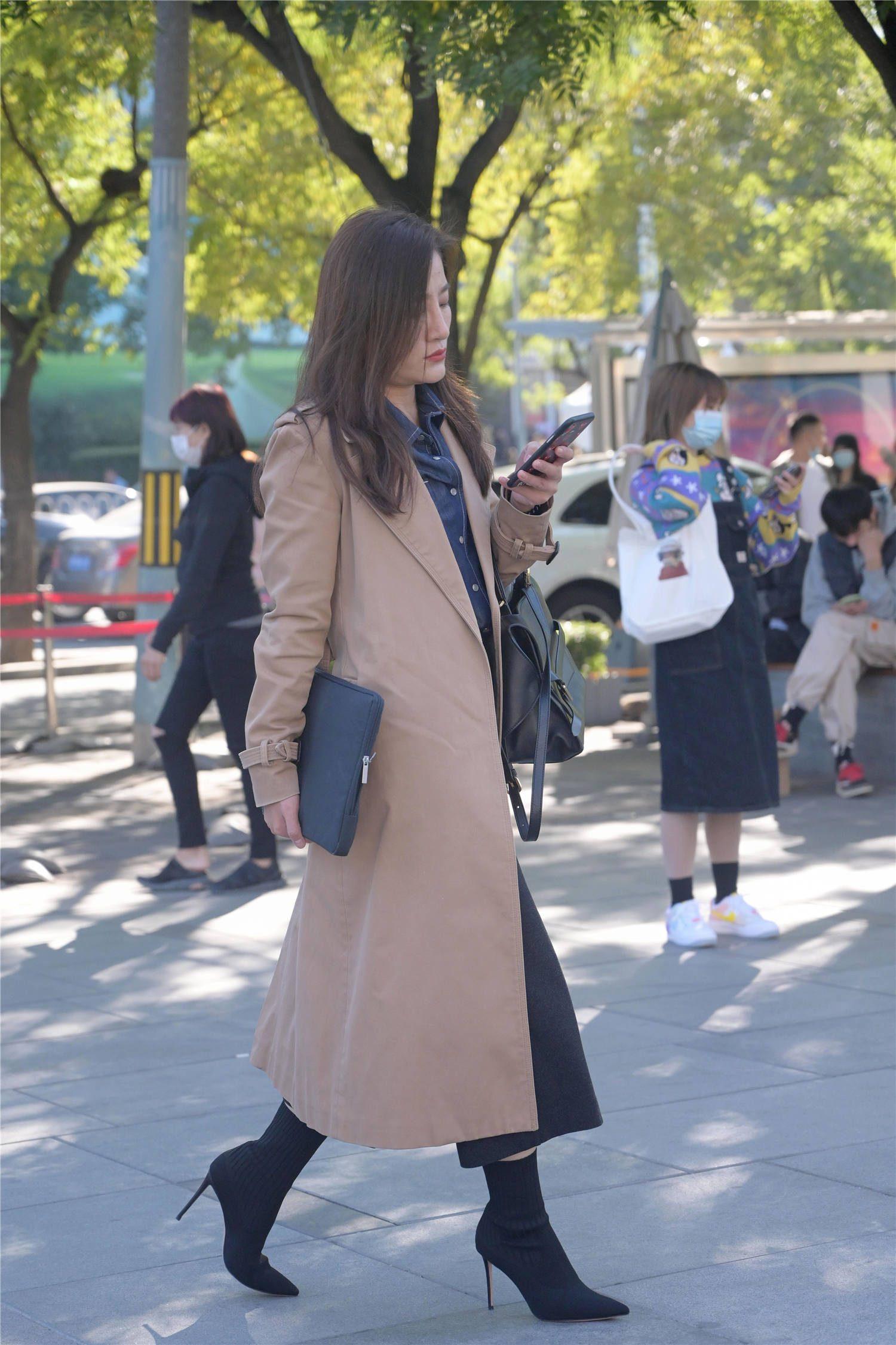 喜欢尖头高跟鞋的女生很多,有人搭配粗跟,有人穿着细跟