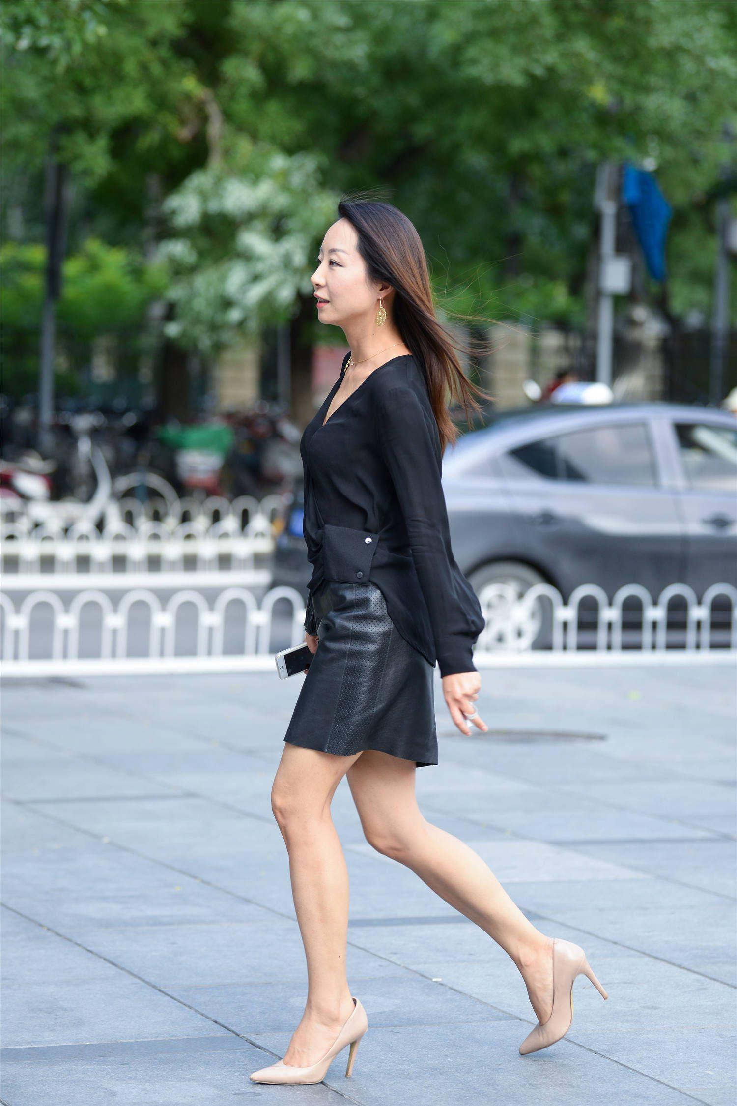 黑色皮质短裙有质感,搭配尖头细跟鞋,很显气质的穿搭