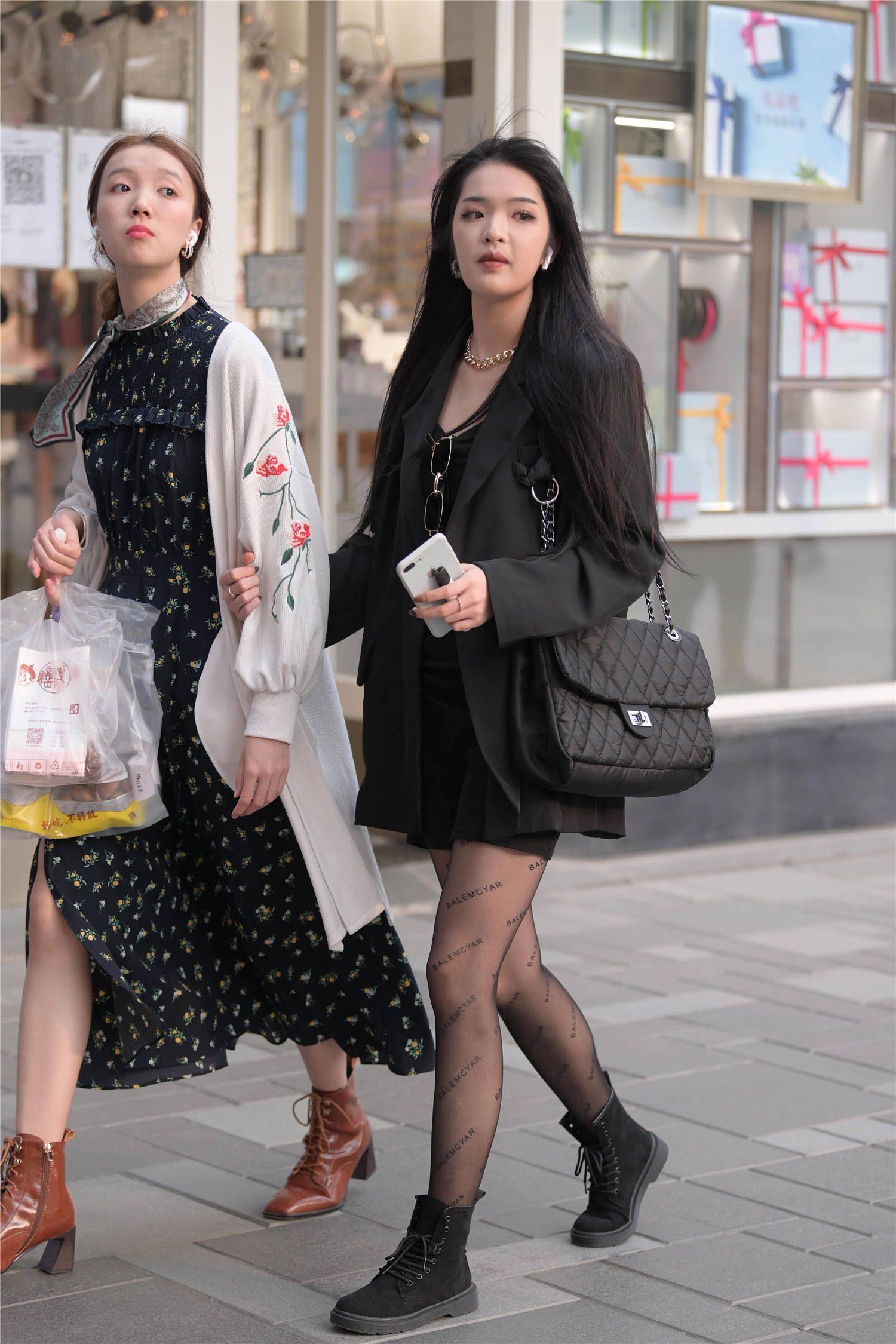 穿着黑色丝袜的女生,搭配高跟鞋还是平底鞋,其实也有讲究