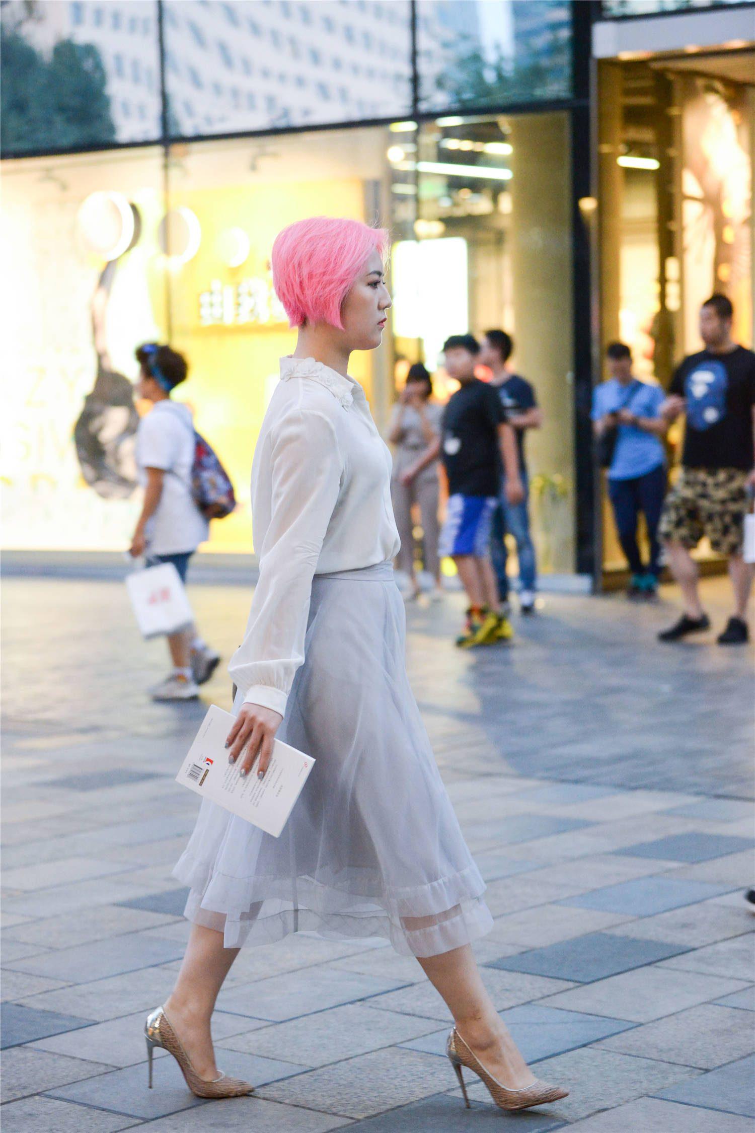 粉红色短发的美女,灰色纱裙搭配10厘米的尖头细跟鞋,时尚显气质