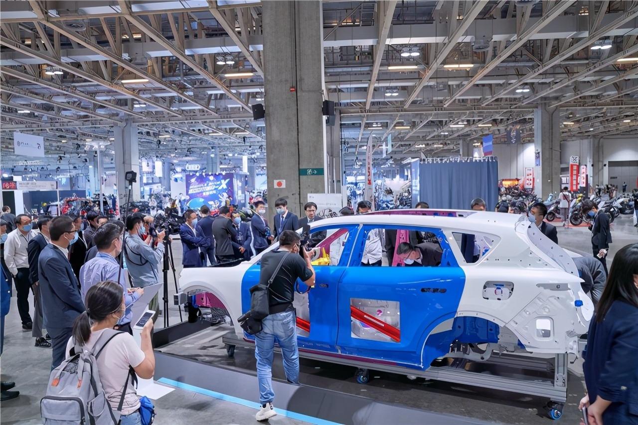 岚图汽车中大型高端智能电动SUV白