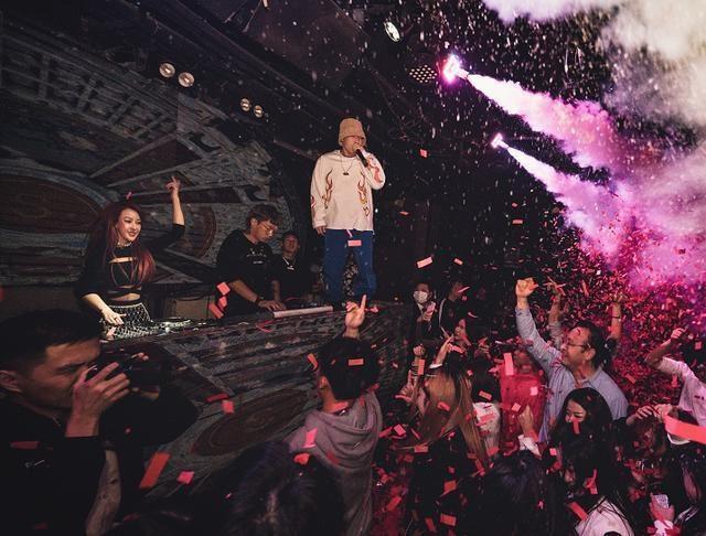 这些年郭美美并没有放弃自己,变身DJ出道开启全国巡演计划,