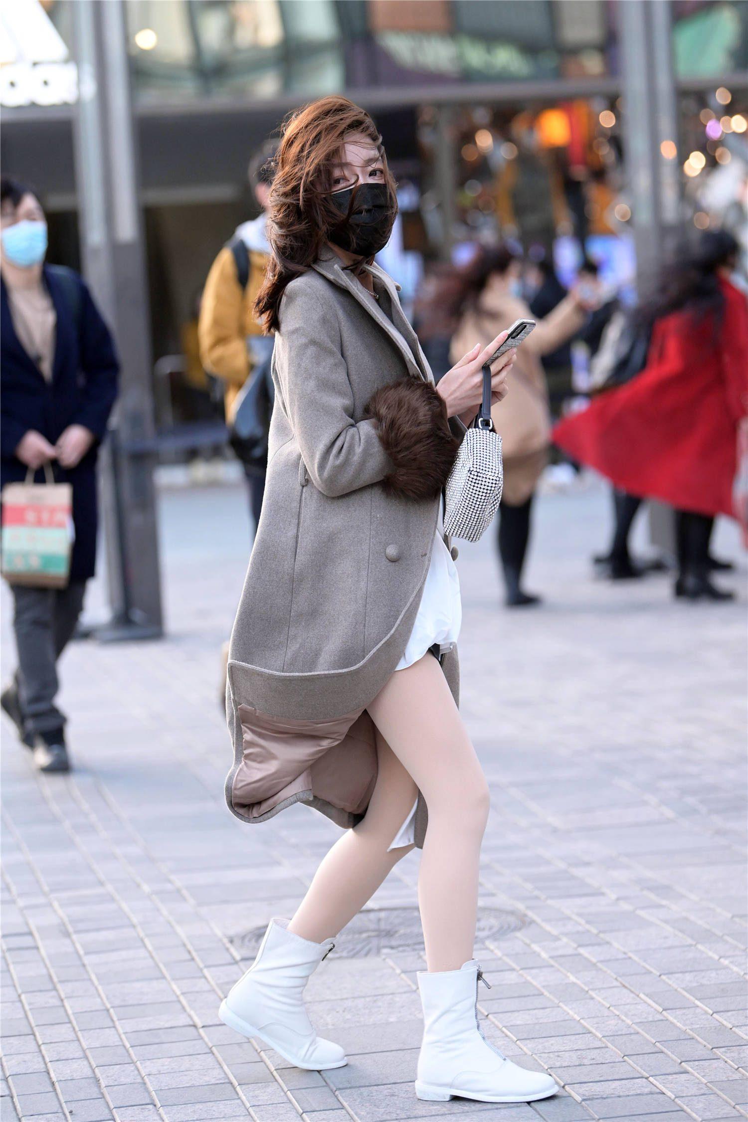 平底的马丁靴,年轻的时尚姑娘穿得多,系带和拉链款式都很正