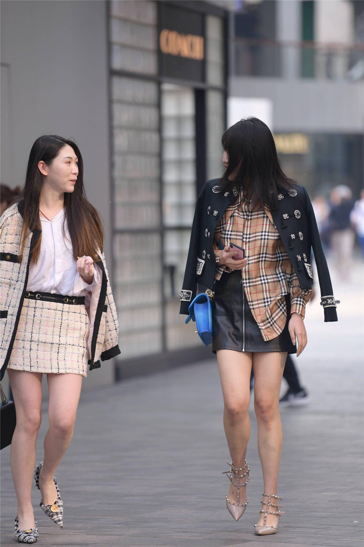 一对不怕冷的姐妹,秋冬时节去逛街,穿着短裙露出长腿