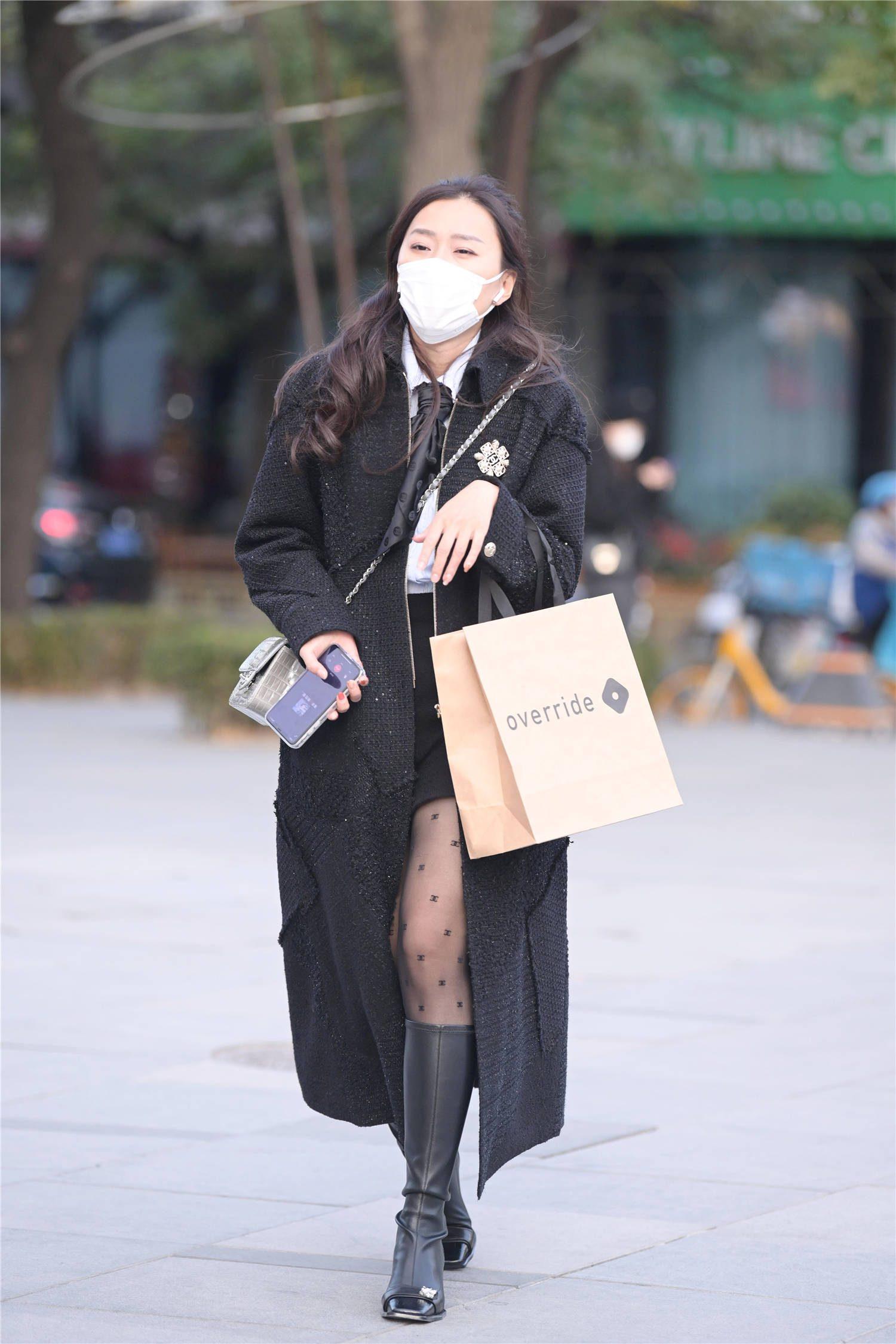 初冬时节的美女,还是喜欢穿着黑色丝袜衬托身材,显瘦还有气质