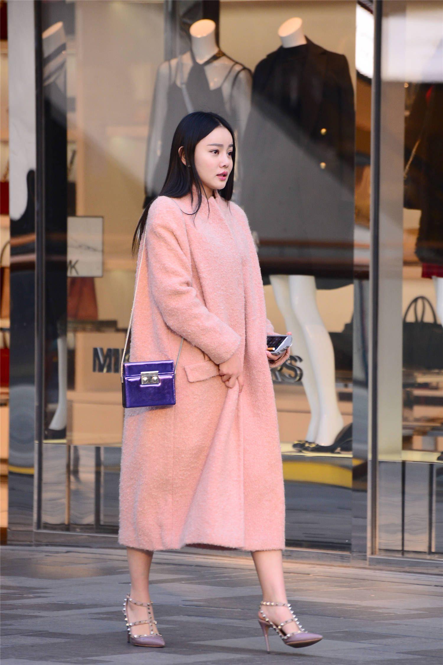 粉色大衣搭配尖头细跟铆钉凉鞋,这样的秋冬搭,你会尝试么