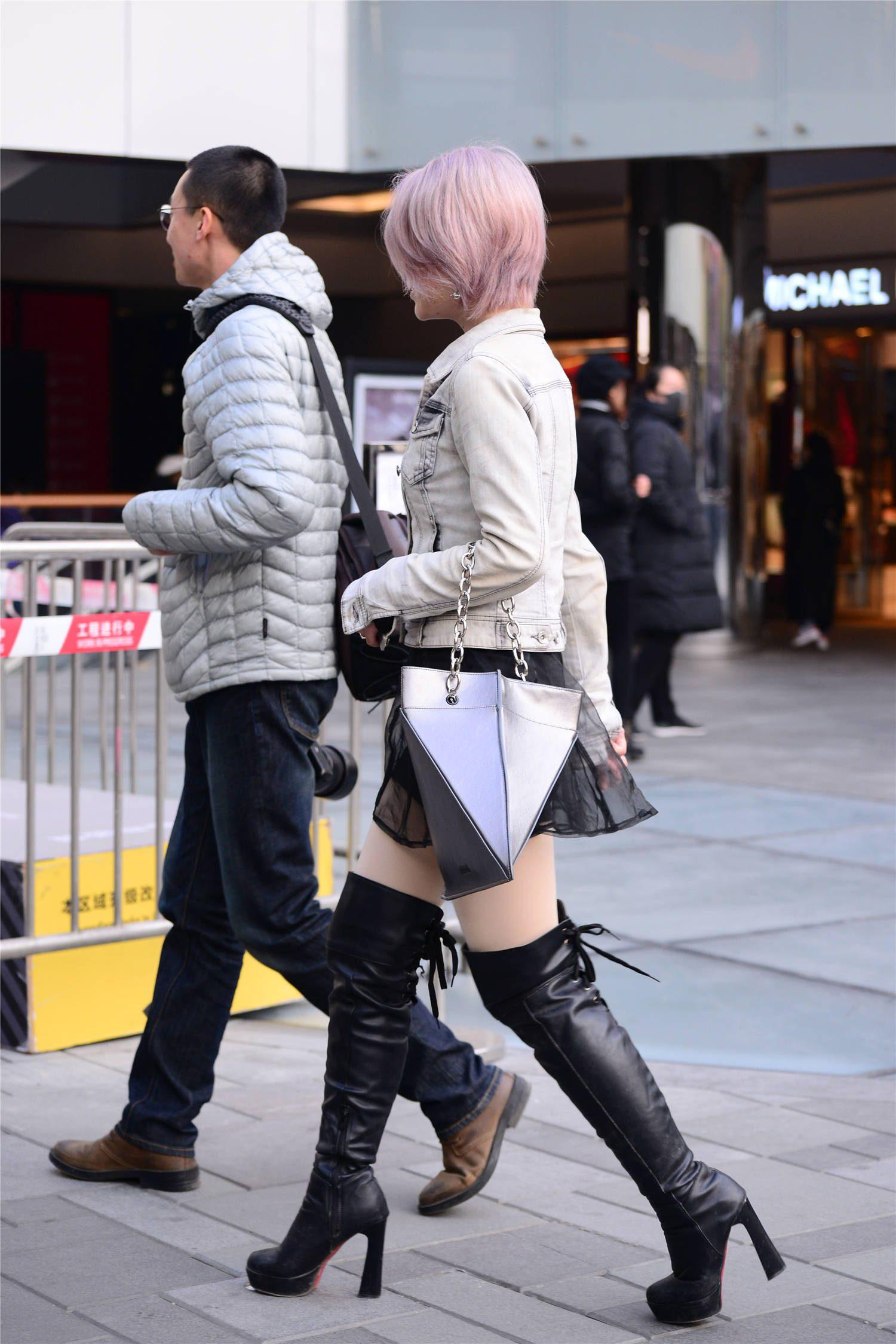 黑色过膝皮靴,还是要选择高跟款式,黑色短裙还有着薄纱设计