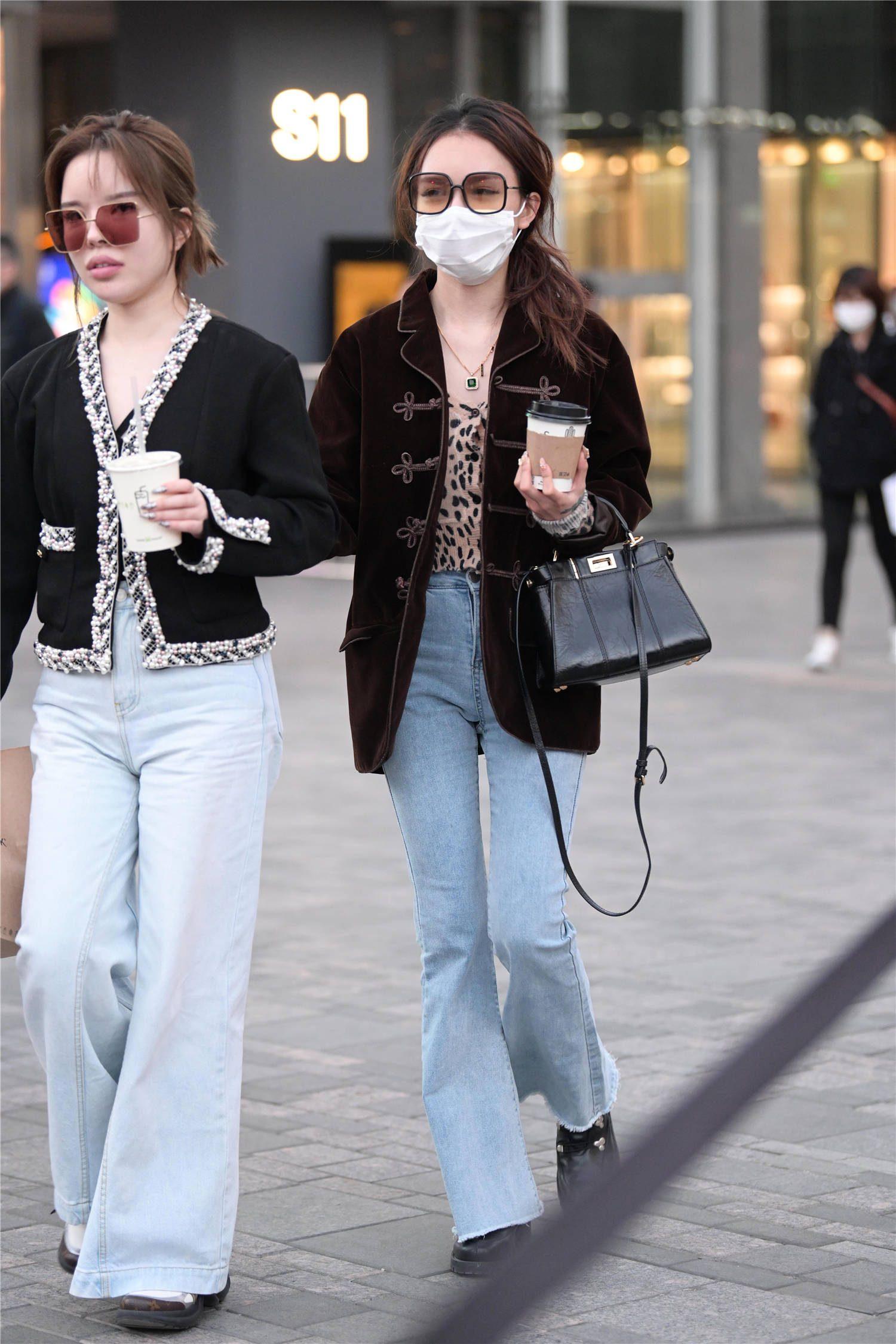 初冬时节约上姐妹一起出门,搭配有点难呢?要保暖,还要时尚