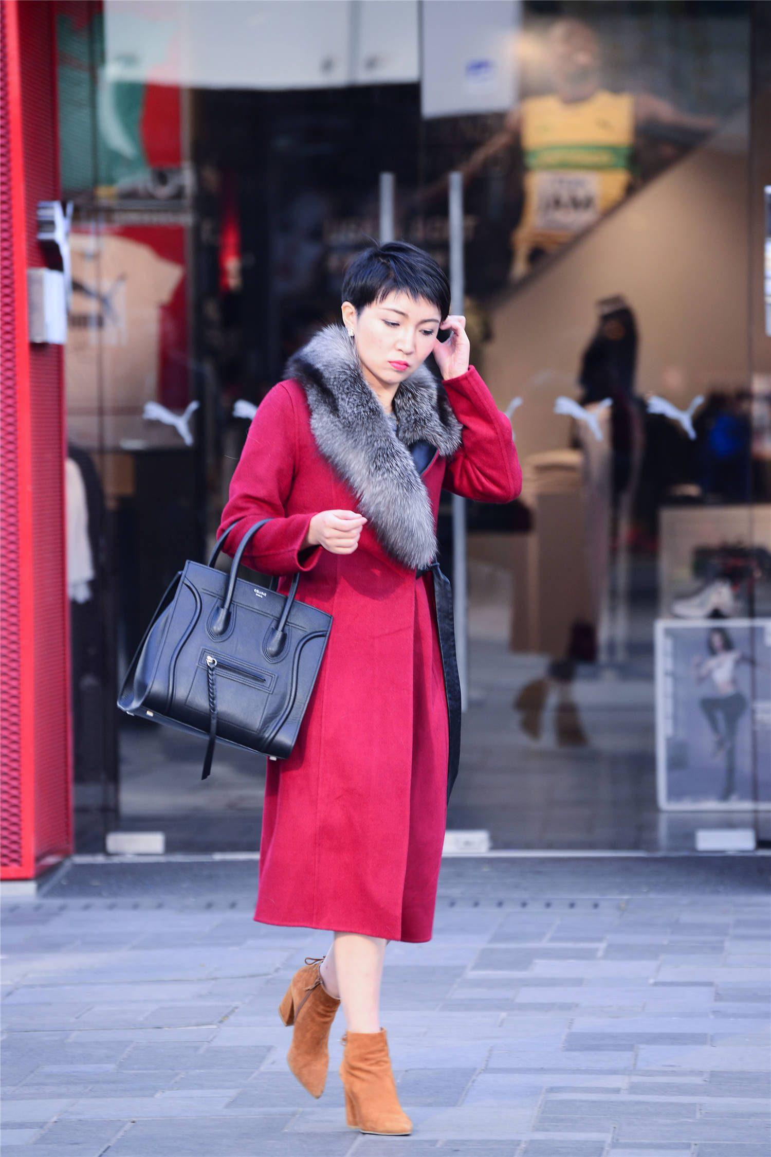 一款红色的长款大衣,自带着显瘦效果,搭配高跟短靴衬托身材