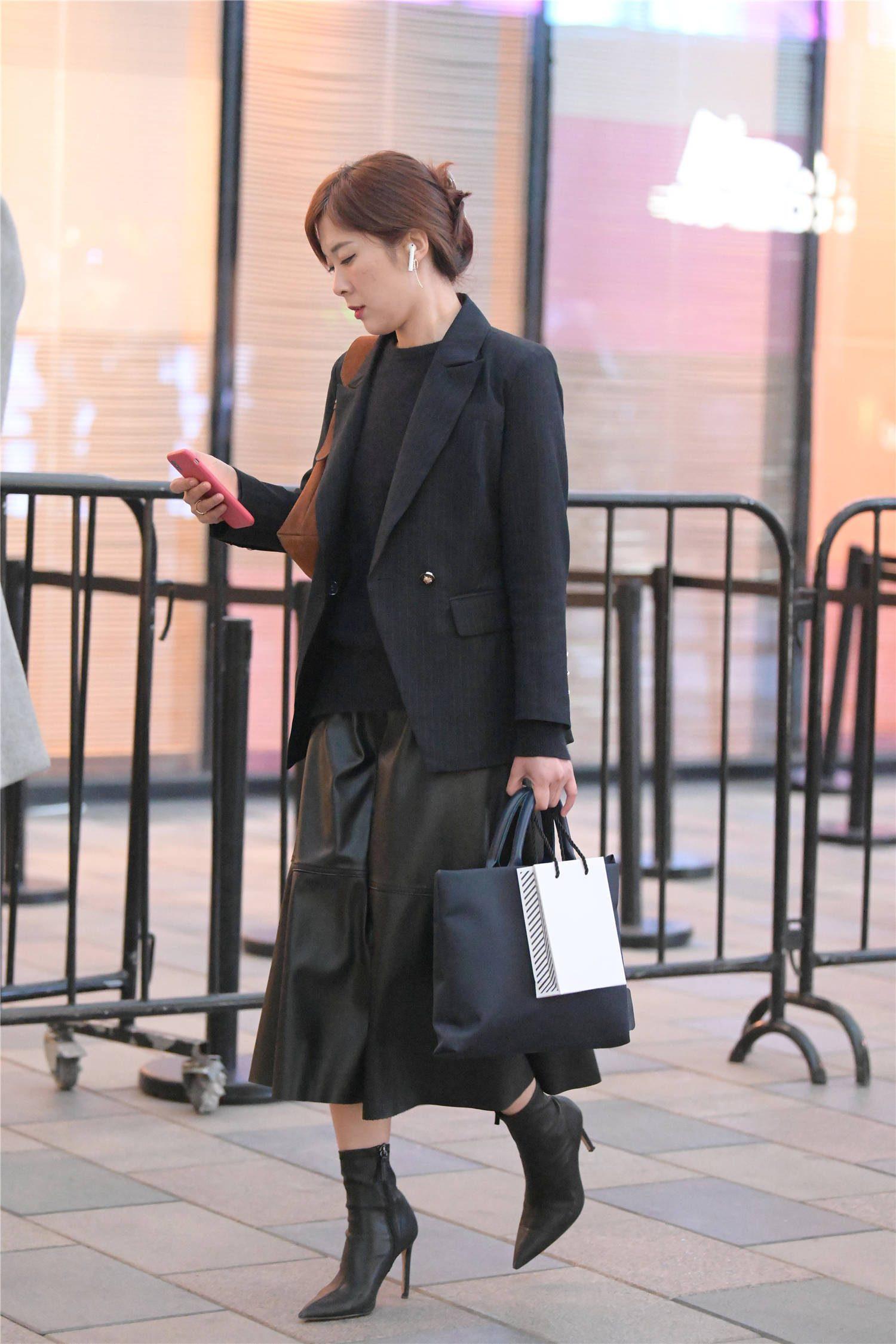 时尚姑娘初冬穿着短靴,更喜欢尖头细跟款式,增高显瘦衬托气质