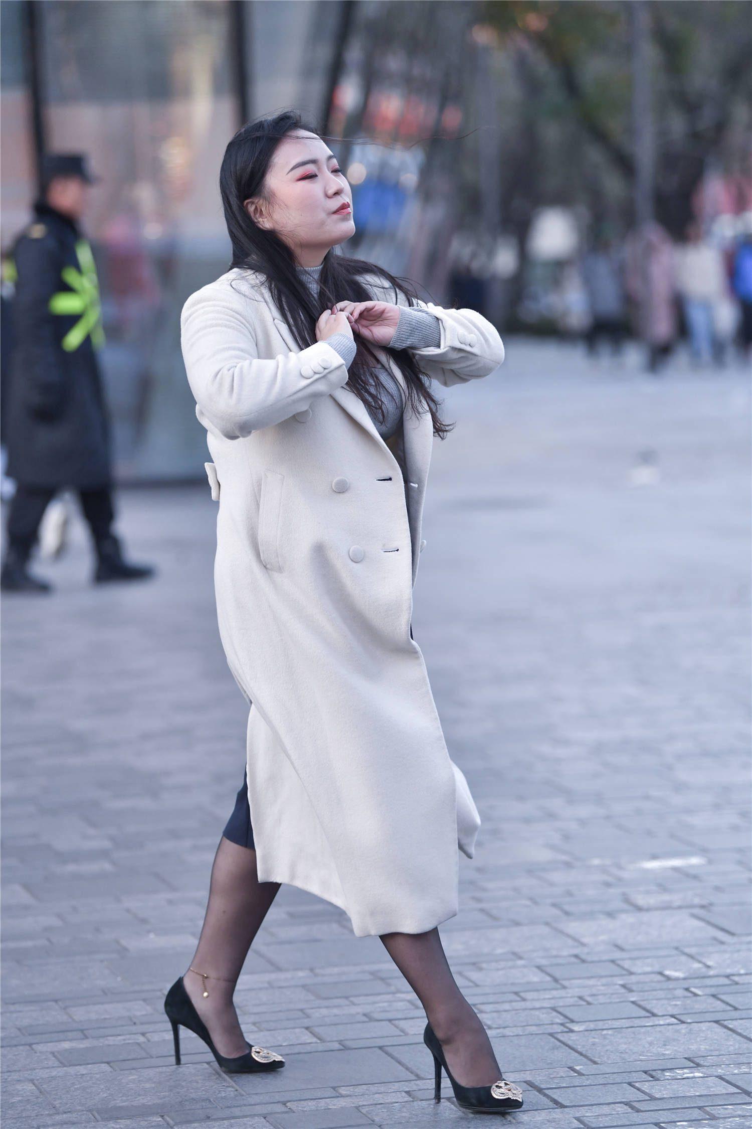 秋冬里的姑娘,无论胖瘦都喜欢黑色丝袜,搭配尖头细跟鞋更显气质