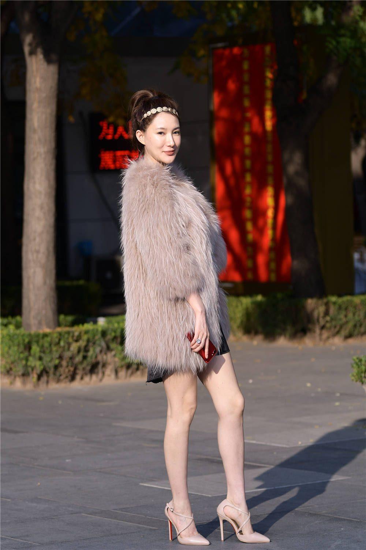 穿着皮草的小姐姐,为了展现气质,搭配一双12厘米尖头细跟鞋