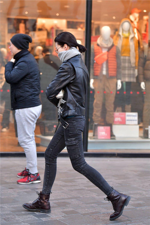 修身的牛仔裤,搭配一款黑色皮夹克,冬季的经典穿搭