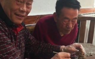 90歲楊少華瘦到脫相,在外吃飯動作顯遲緩,大兒子幫他剃排骨肉